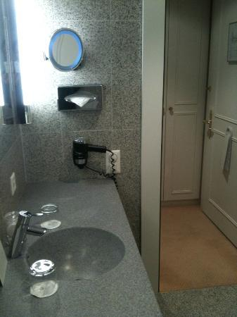 Hotel des Trois Couronnes: Small bathroom but clean and nice