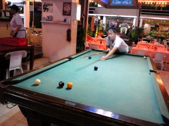 Break Point Hotel : ビリヤード台 宿泊者は無料でゲームできる
