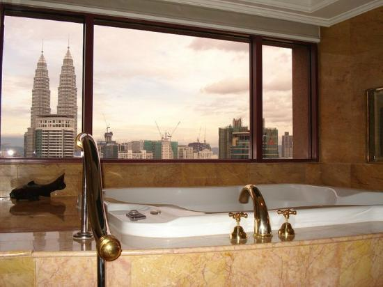 Sheraton Imperial Kuala Lumpur Hotel: Massive spa bath with Petronas Tower views