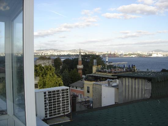 Berk Guest House: La terrasse: Vue sur la rive asiatique