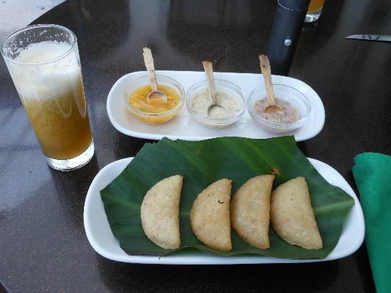 La Cuchara De San Marcos: Fruit smoothie with empanaditas