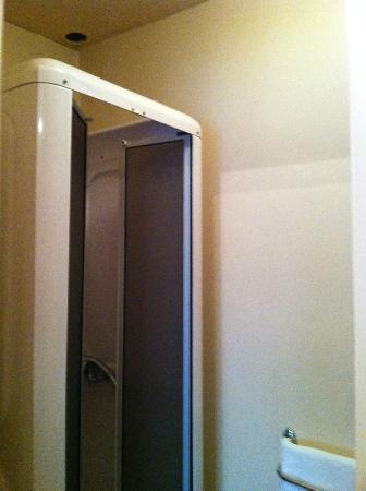 Le Relais du Morvan : Cabine de douche vétuste