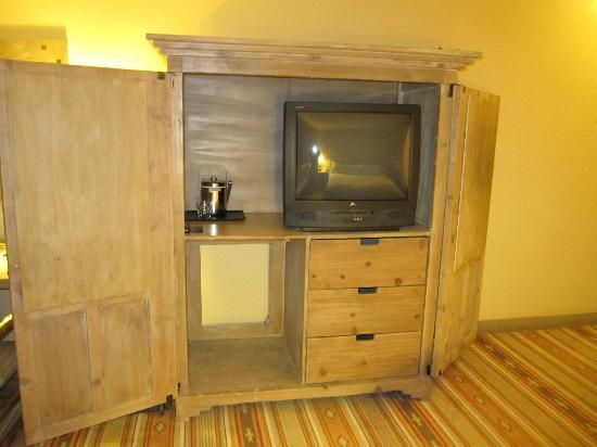 Hotel Albuquerque at Old Town: Where's the HDTV and refrigerator????? Ancient room furnishings.