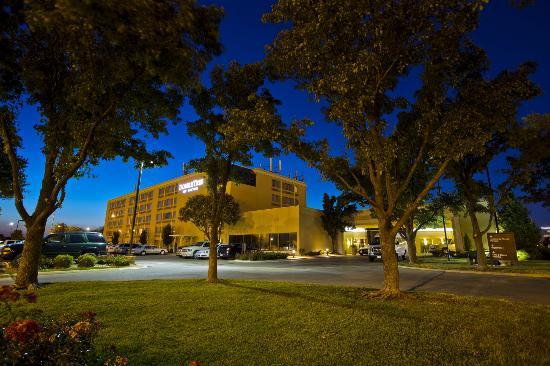 DoubleTree by Hilton Wichita Airport: View at night