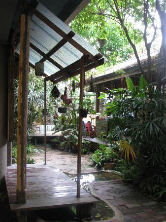 Phranakorn-Nornlen Hotel: The patio and dining area
