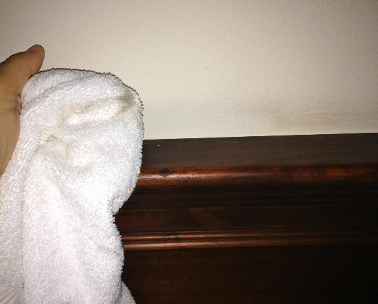 Gran Hotel Costa Rica: Dirty wall over headboard