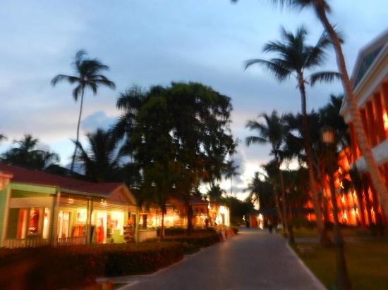 Iberostar Dominicana Hotel: Stores next to the rooms...nice and they were not pushy...thank God!!