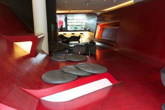 Hotel Q!: Bar, Lobby