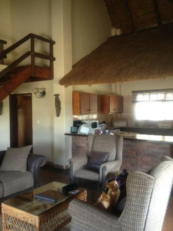 Kololo Game Reserve: Lion's Den Living Room/ Kitchen