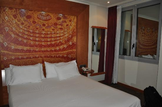 Abba Sants Hotel: Bed and window view.