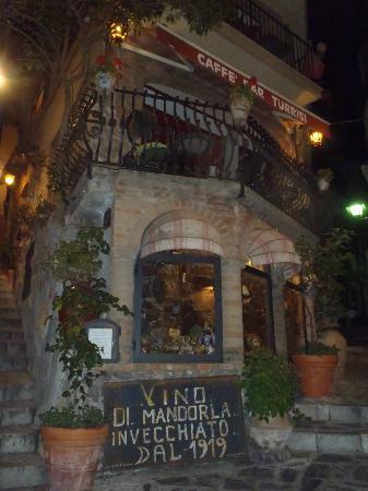 caffe bar Turrisi: Il locale visto dalla Piazza