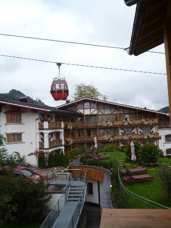 Hotel Kaiserhof Kitzbühel: Ski lift running thru resort area