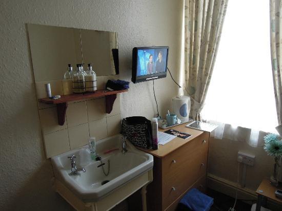 New Derina Hotel: Zimmer mit Waschbecken und Fernseher