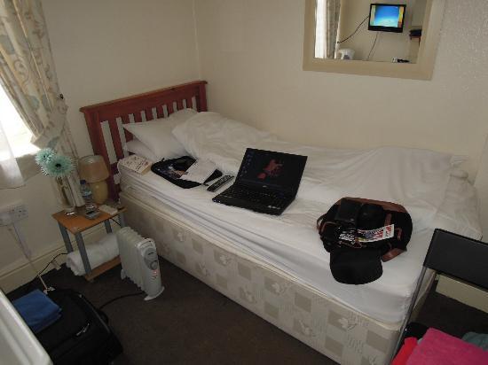 New Derina Hotel: Bett