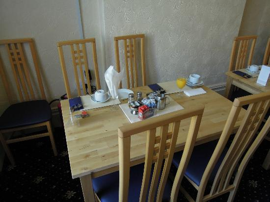 New Derina Hotel: Frühstückstisch