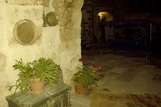 Divan Cave House: Уютный внутренний дворик
