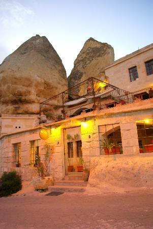 Divan Cave House: Вид снаружи, открытая веранда для завтрака