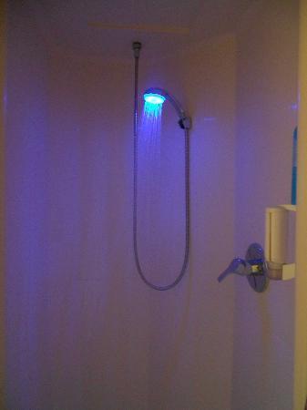 Ibis Budget Courbevoie Paris la Defense 1: doccia con cromoterapia
