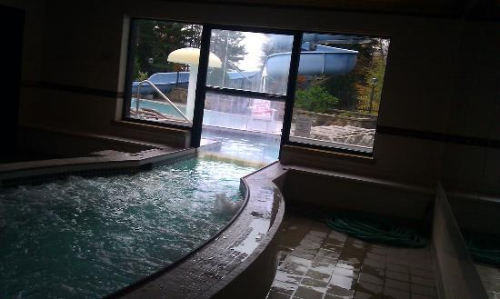 The Inn at the Peak: Indoor/Outdoor hot tub