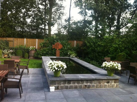 Hotel de Rozenstruik: De tuin met grote vijver