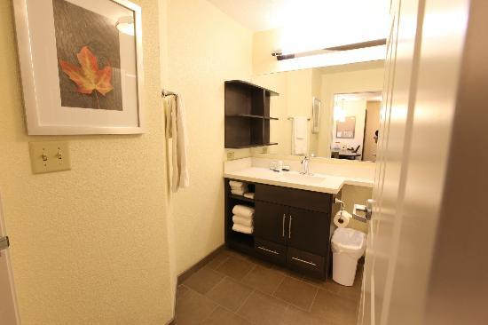Candlewood Suites St Joseph: Studio Suite Bathrooms