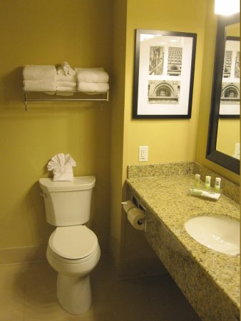 Country Inn & Suites by Radisson, Buffalo South I-90, NY: tidy, modern, spacious bathroom