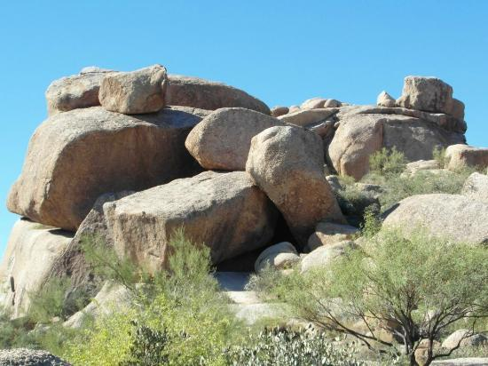 Boulders Resort & Spa, Curio Collection by Hilton: Walking to the pool