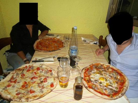 Pizze davvero enormi foto di ristorante pizzeria il for Enormi isole di cucina