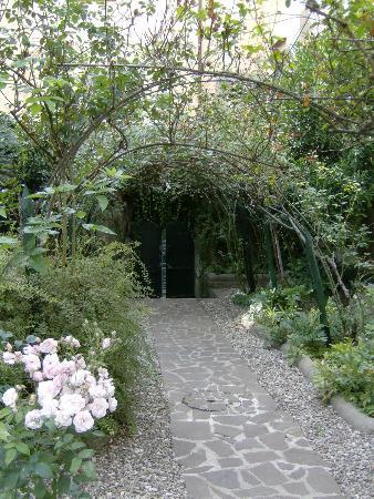 Delicieux Villa Theresa Bed U0026 Breakfast: Entrance Arc In The Garden