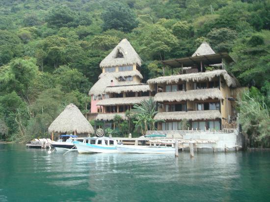 Laguna Lodge Eco-Resort & Nature Reserve: Vista del Hotel desde el Lago 