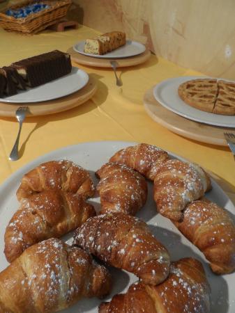 Il Grifo Hotel e Prosciutteria: Torte e Croissant