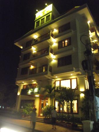 Cheathata Angkor Hotel: The Hotel at night