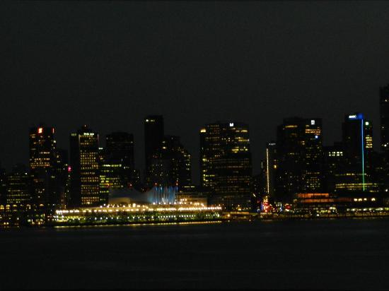 ‪بيناكل هوتل آت ذا بير: From the pier you can look across from North Vancouver to Vancouver at night