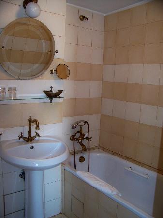 Hotel Venezia: Bathroom - note no shower curtain