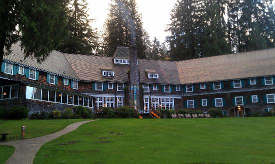 Lake Quinault Lodge: View from the lake side