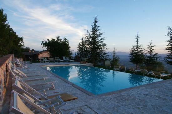 Agriturismo Le Mandrie di San Paolo: View of pool and valley below