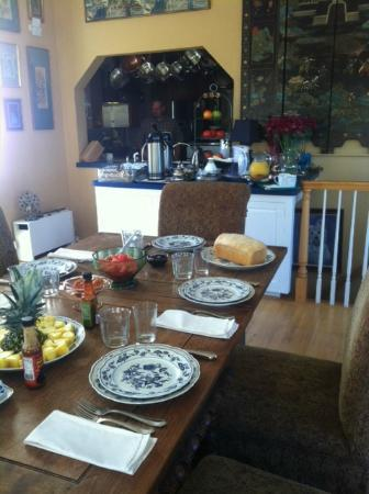 Bella Villa Messina: Fresh bread and a kitchen we could pop into at any time