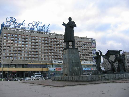 Marins Park Hotel: Lenin pointing right path
