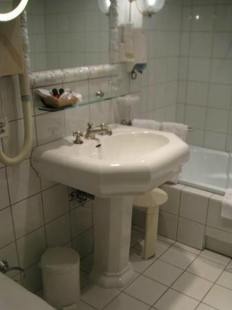 Gasthof Löwen: Old fashioned sink