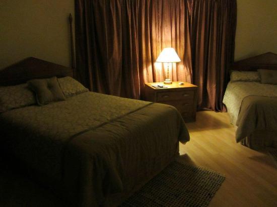 Volcano Forest Inn: Bedroom with 2 queen beds