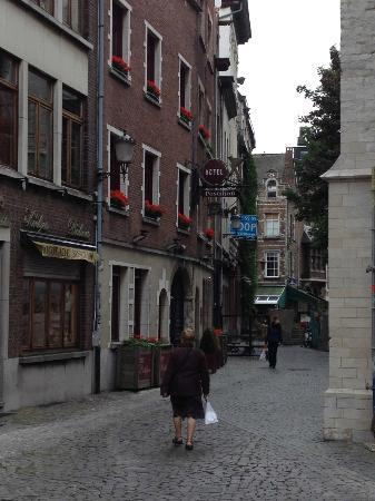 Postiljon: street view, hotel on the left.