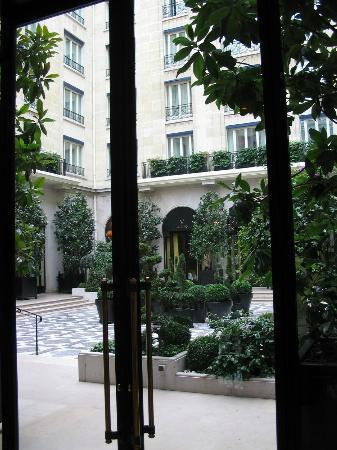 Four Seasons Hotel George V Paris: Indoor courtyard for breakfast, lunch, etc.