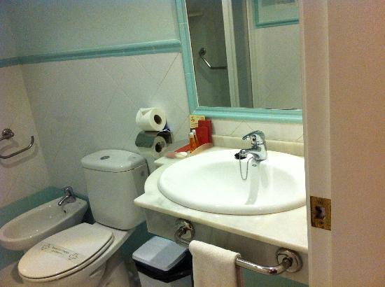 Hotel Las Cortes De Cádiz: Baño con ducha extrapequeña
