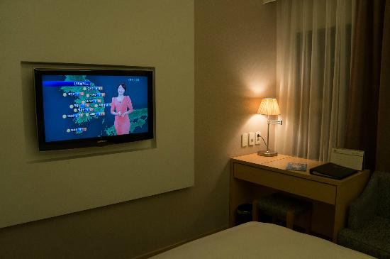 Seven Street Seoul: efficient room .. tv mounted in the wall