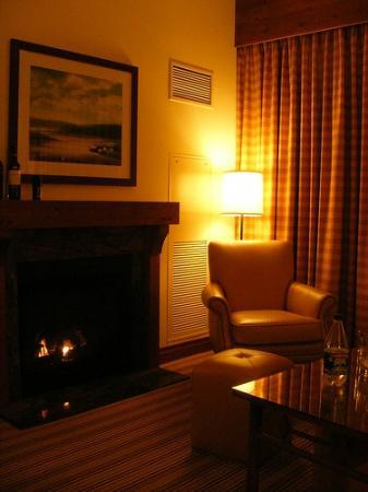 Stowe Mountain Lodge: View of Fireplace and seating