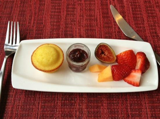 Olea Hotel: Morning muffin and house-made jam