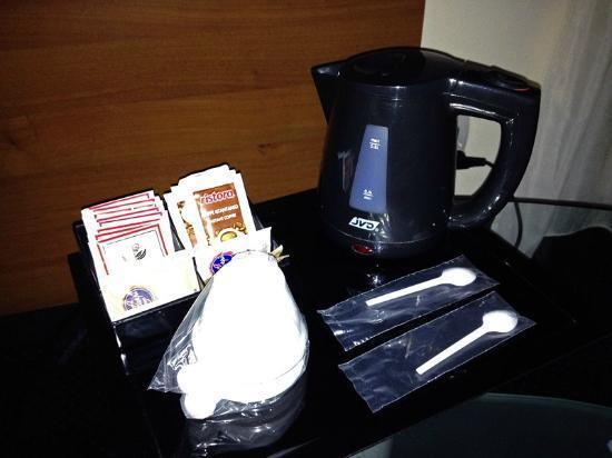 Hotel Urbani: Caffettiera elettrica in camera