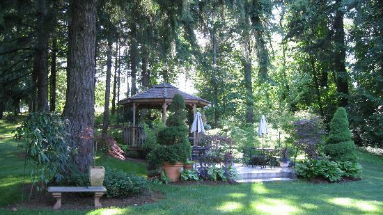 Dundee Manor Bed and Breakfast: A gazebo with a fire pit and view