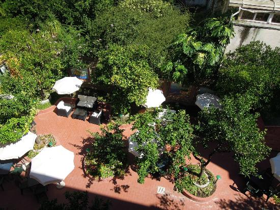 Astoria Hotel: View from Balcony over garden