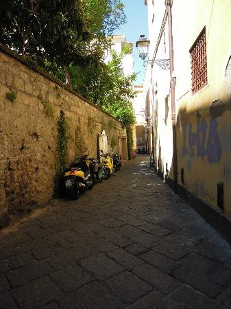 Astoria Hotel: Alley at front of hotel